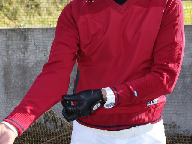 画像: ニット素材を使った腕回りのフィット感がすごい。スウィング中の動きがよく考えられています。
