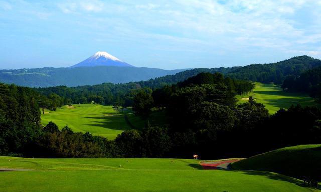 画像: 富士コース1番 397Y P4 正面の富士山に向かってティショット