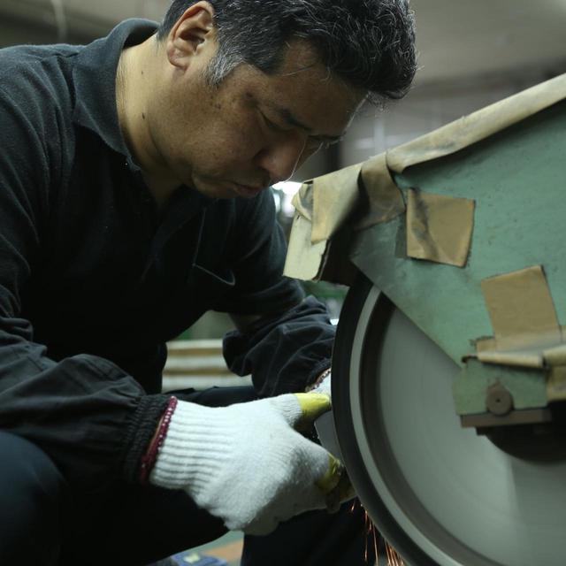 画像: ヘッドを研磨して仕上げるのは、日本の鍛造アイアン発祥の地、兵庫県市川町で鍛造アイアンを長年研磨している匠たち