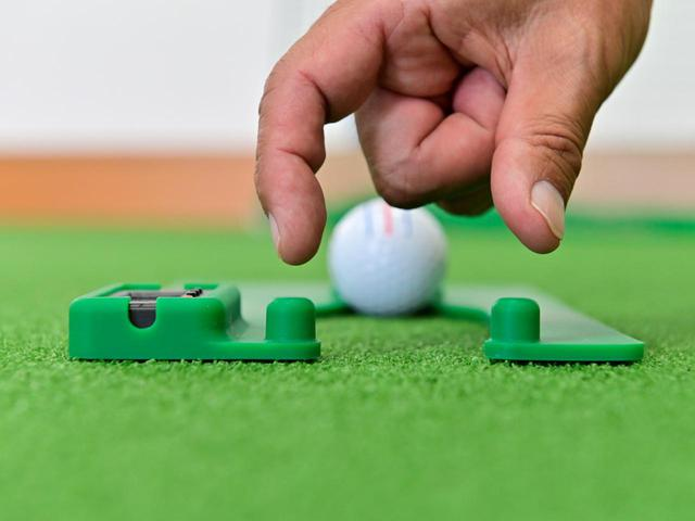 画像: ボールより少し幅の広いゲートを意識して当たらないようにストローク