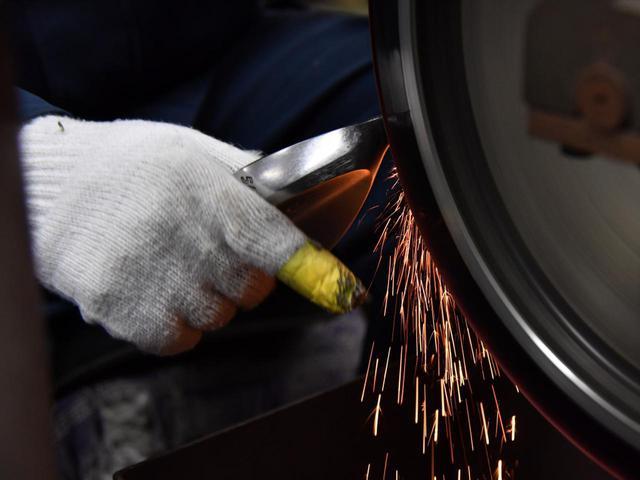 画像: 鍛造から研磨、メッキ加工まですべてを自社で行っている共栄ゴルフ工業