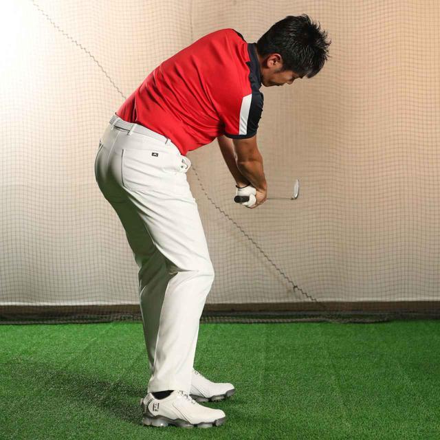 画像: フォローでも、ボールのゆくえを早く知りたいと思うと、顔が上がって前傾が崩れやすい。視界が傾いた状態でボールを追うクセをつけよう