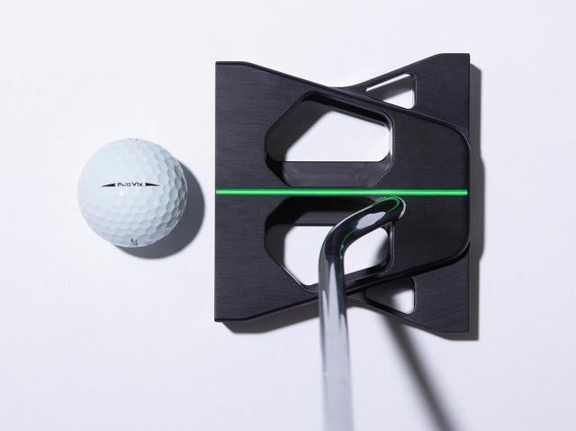 画像: いつも通り構えるとボールの位置は、自然と左足寄りに。