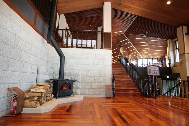 画像: 新築でもクラシカル。木の温もりと落ち着ついた雰囲気のクラブハウス・ロビー