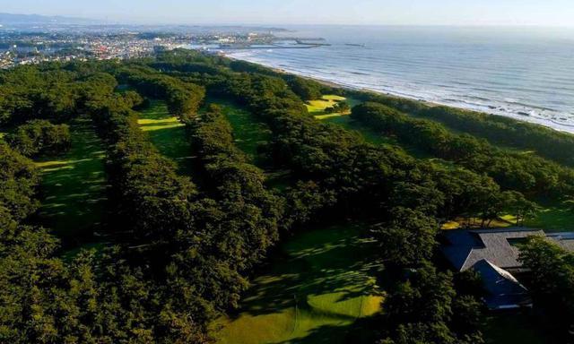 画像: 大洗ゴルフ倶楽部 上空より 鬱蒼と茂る松林の中にあるホール。奥には大洗の港町