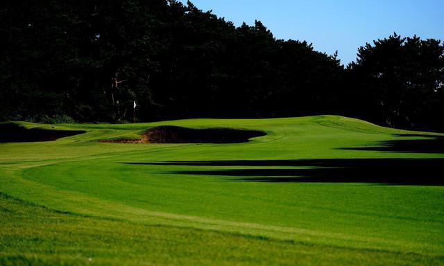 画像: 大洗ゴルフ倶楽部 No.10 インのスタートホール、セカンド地点からフェアウェイが蛇行、グリーン左には2つのバンカー
