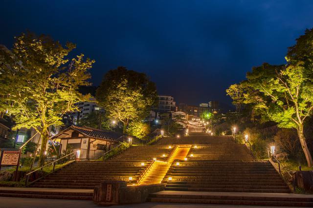 画像: 石段街のライトアップ 2010年に改修・延伸され365段となった石段街は、1年間365日の繁栄の願いが込められており、あなただけの誕生段・パワースポットで写真を撮るのが人気です。