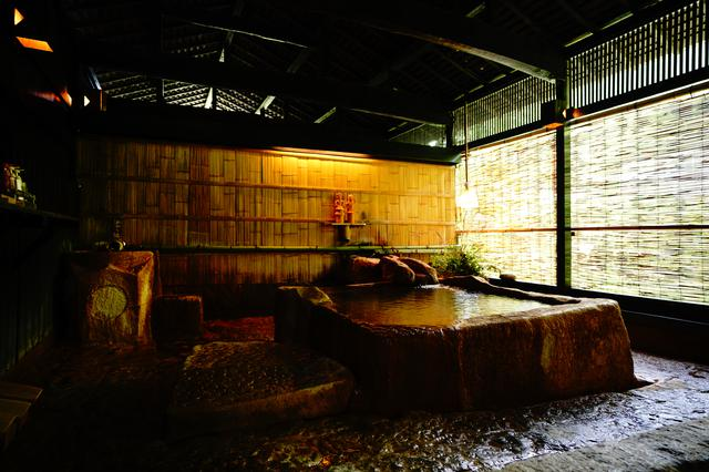 画像: 巨大な花崗岩をくりぬいて造った大浴場『建湯』の湯舟