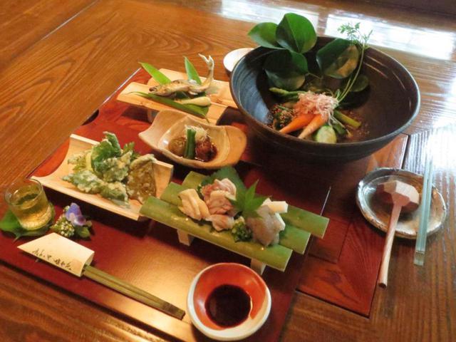 画像: 地鶏をはじめ自給自足の食材を使った薩摩の郷土料理を提供