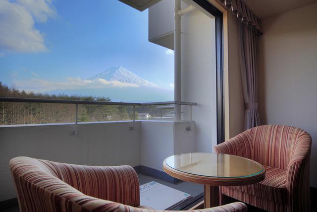 画像: 客室から臨む富士山