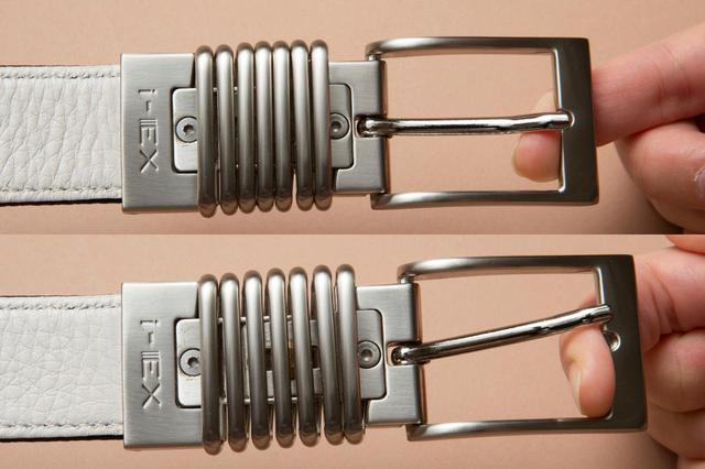 画像: バックルは引っぱると伸びるバネのような構造(特許取得)