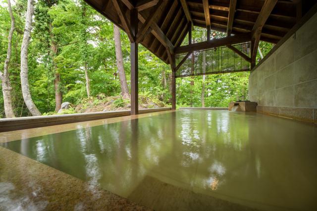 画像: 桧原湖が望める自然豊かな風景が広がる露天風呂
