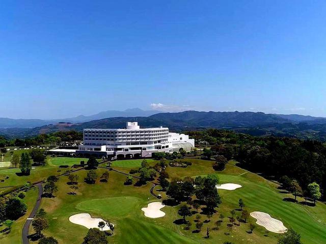画像: ホテルの目の前に広がるゴルフ場。部屋からはゴルフ場と紫尾山の絶景を堪能できる。