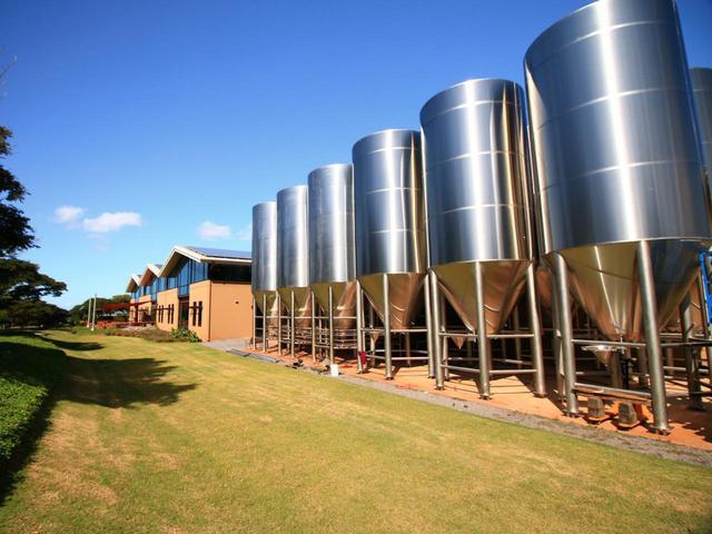 画像: ハワイの青空の下、コストにとらわれず環境に配慮したビールづくりが続けられています