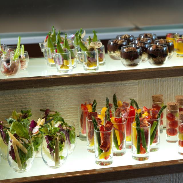 画像: 色鮮やかなサラダやデザートの個別盛り