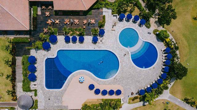 画像: 左が25mプール 右が子供用プール