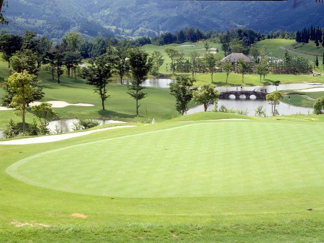 画像: 日本庭園とゴルフコースが融合した絵画のような情景
