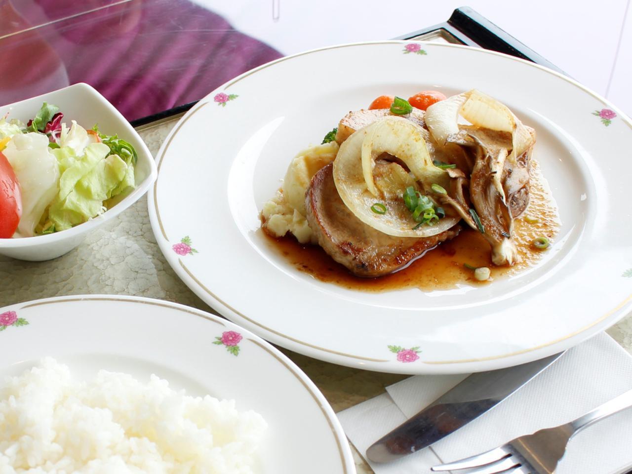 画像: 食べごたえ満点! 厚切りポークジンジャーステーキ(1870円)。分厚い豚ロースをやわらかくジューシーに焼き上げたしょうが焼き。玉ねぎもやわらかい!