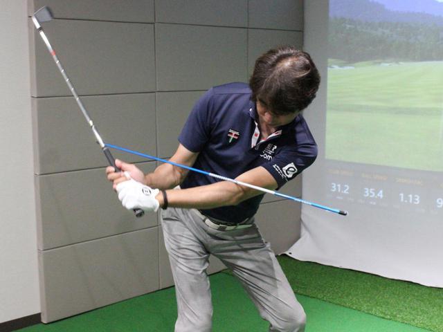 画像: 使い方④ 肘にスティックをのせて、 テークバックの位置を確認