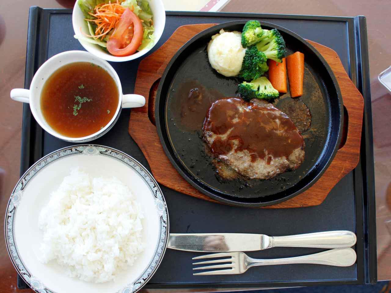 画像: 粗挽きハンバーグ(2255円)熱々鉄板でジュージュー美味しい! 粗挽き肉を贅沢に使いデミグラスソースで食べ る粗挽きハンバーグが人気