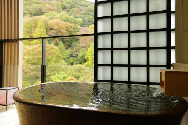 画像: 4ベッド客室内の露天風呂