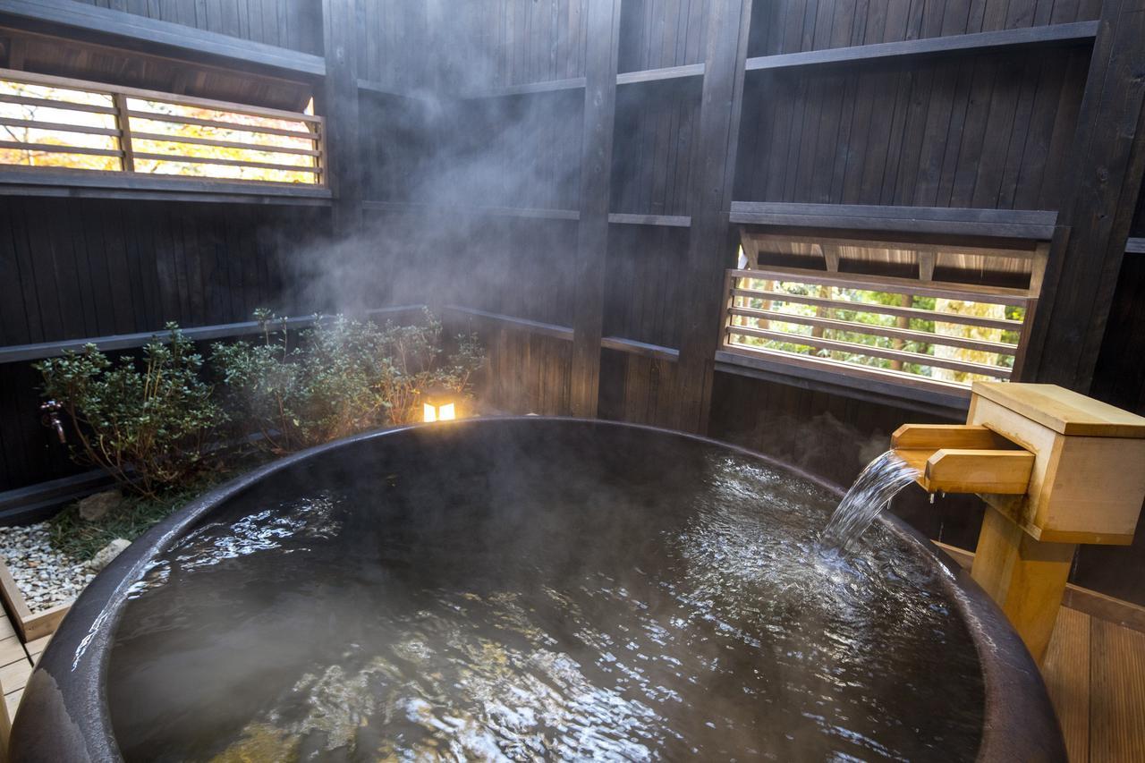 画像: 陶器の湯船を配した貸切露天風呂『菊花の湯』は、しっとりと趣ある空間。