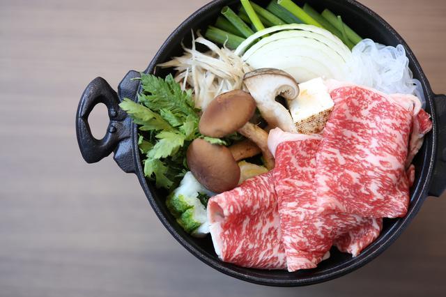 画像: 温物や連鉢は数種類のメニューから好きなものをチョイスできる(写真は温物のすき焼き)。