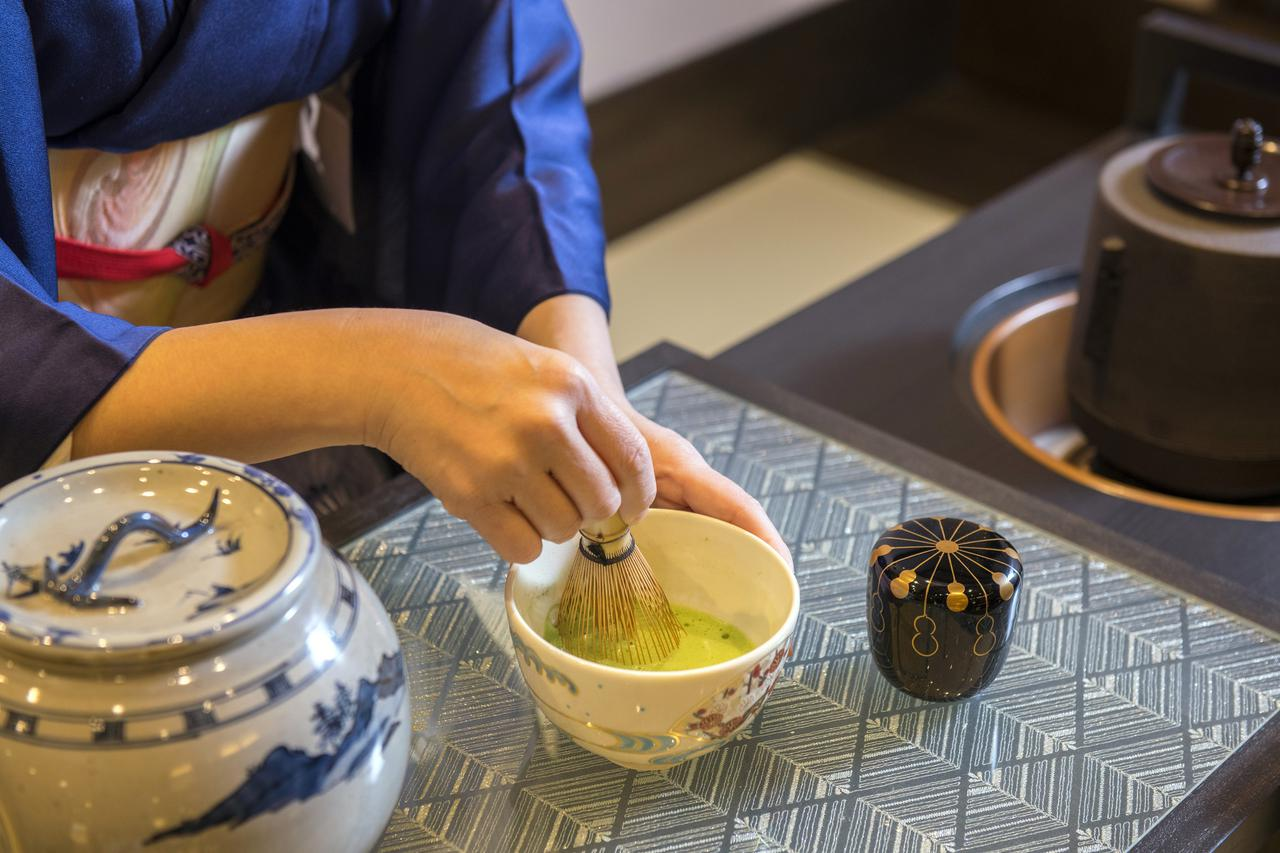 画像: チェックイン・チェックアウトの時間帯(15:30~17:00、9:00~10:30)はスタッフが一杯ずつ点てたお茶でおもてなし。