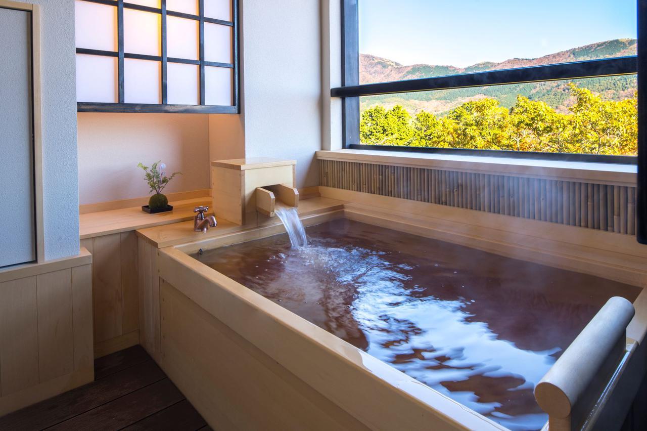 画像: 客室の天然温泉露天風呂は広さも十分。森の景色を眺めながら癒しのひとときを。