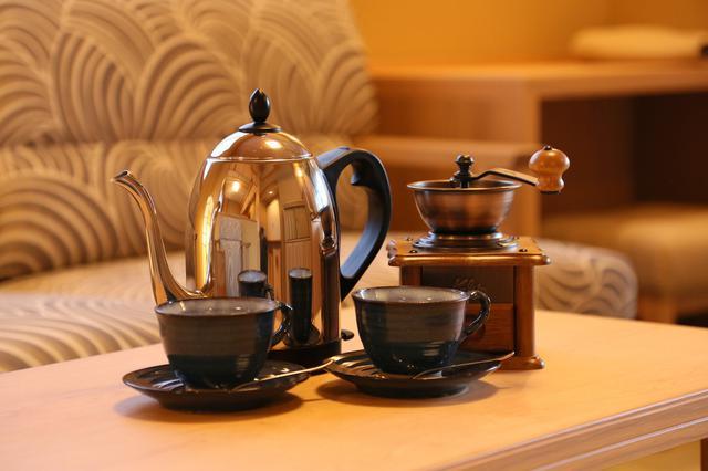 画像: お部屋にセットされたコーヒー豆とミルで、香り高い一杯をゆったり堪能したい。