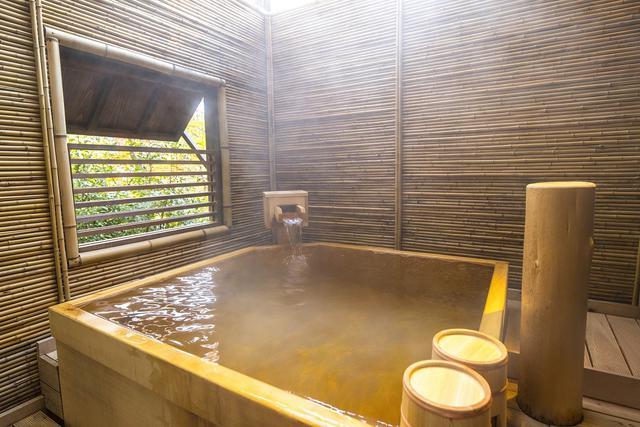 画像: 清涼な香りに包まれる檜の風呂、貸切露天風呂『桜花の湯』。やさしい光が湯に溶け込み、非日常感を演出する。