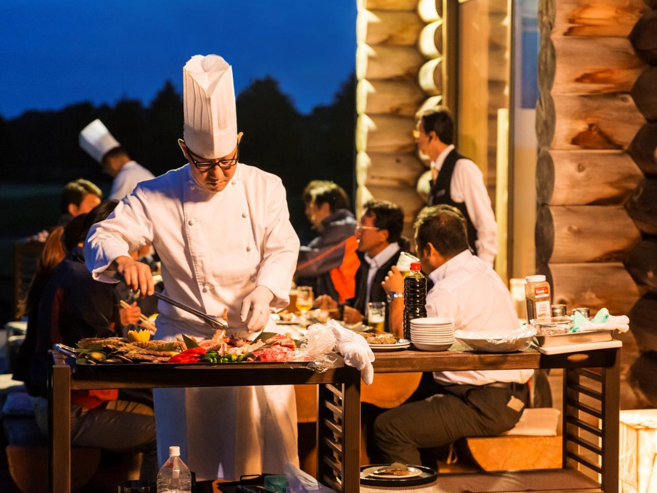 画像: すべてシェフが調理してくれるので、 情景と料理を楽しむだけ