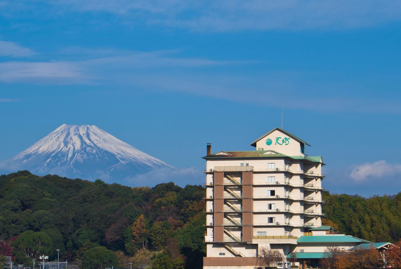 画像: 見晴らしの良い高台に立地するホテル天坊