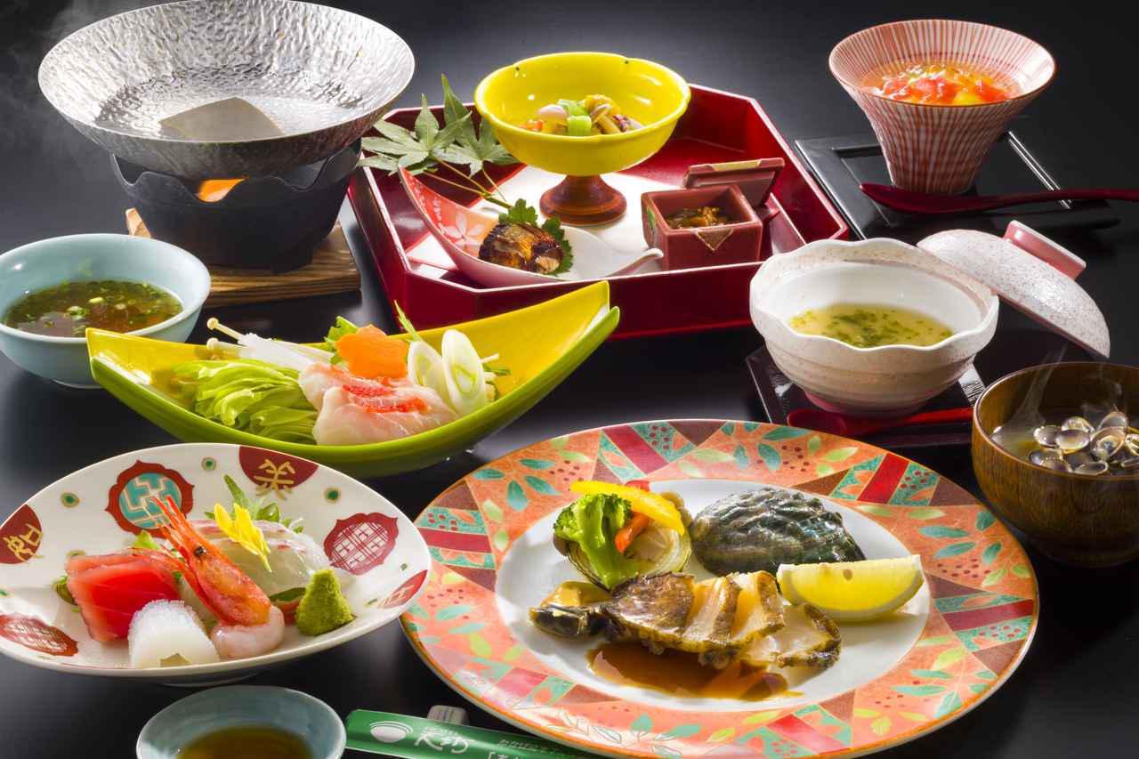 画像: 夕食「旬の彩」一例 前菜、先付け、お造り、メインディッシュ(鮑・牛肉・金目鯛から1品をチョイス)、蒸し物、水菓子。