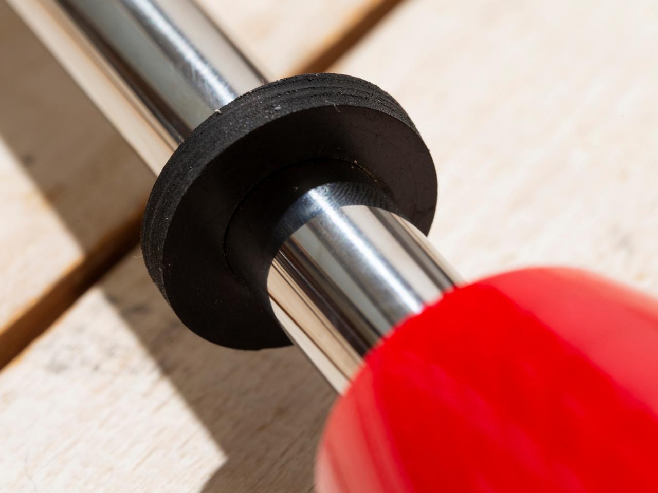 画像: コマの動く範囲を制限できるストッパー付き。
