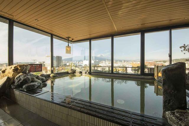 画像: ホテル最上階には天然温泉「富嶽の湯」(内湯)