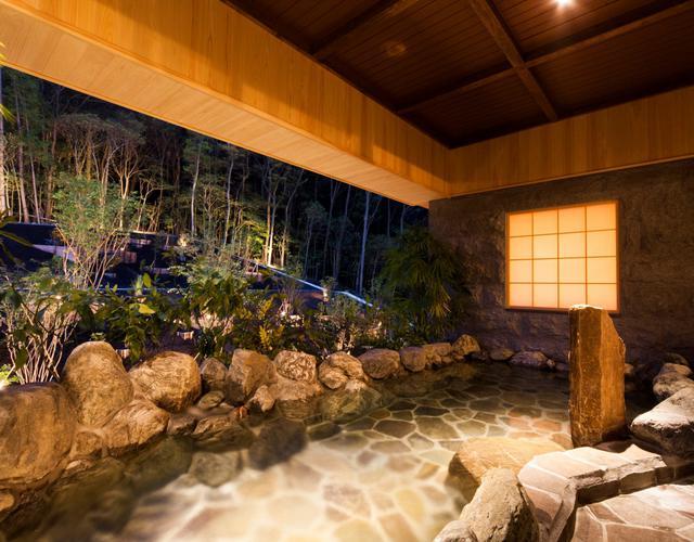 画像: 大浴場「森の湯」岩風呂で湯浴みを楽しむ