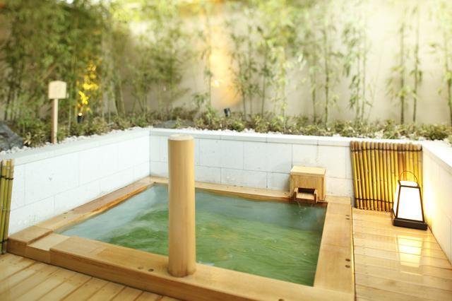 画像: 竹に囲まれ嵐山の風情に浸る露天風呂