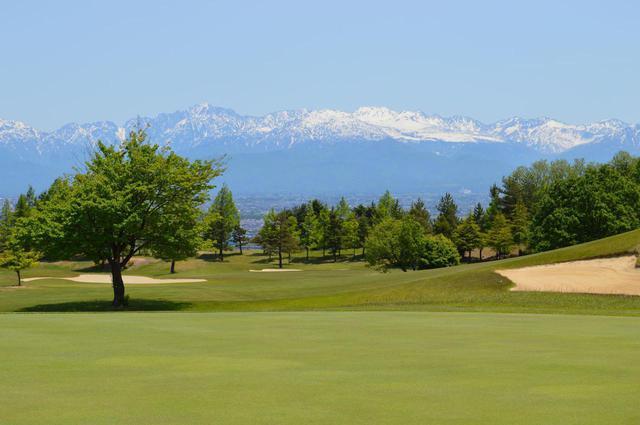 画像: 立山コース7番ホール 立山連峰の美しい景色が望める