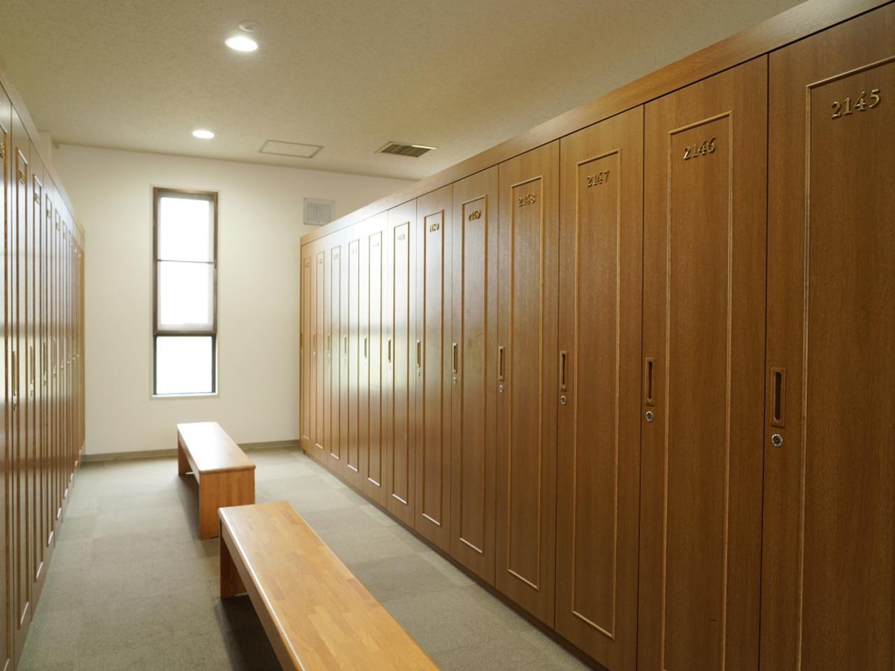 画像: 清潔感のあるロッカールーム(男性用)