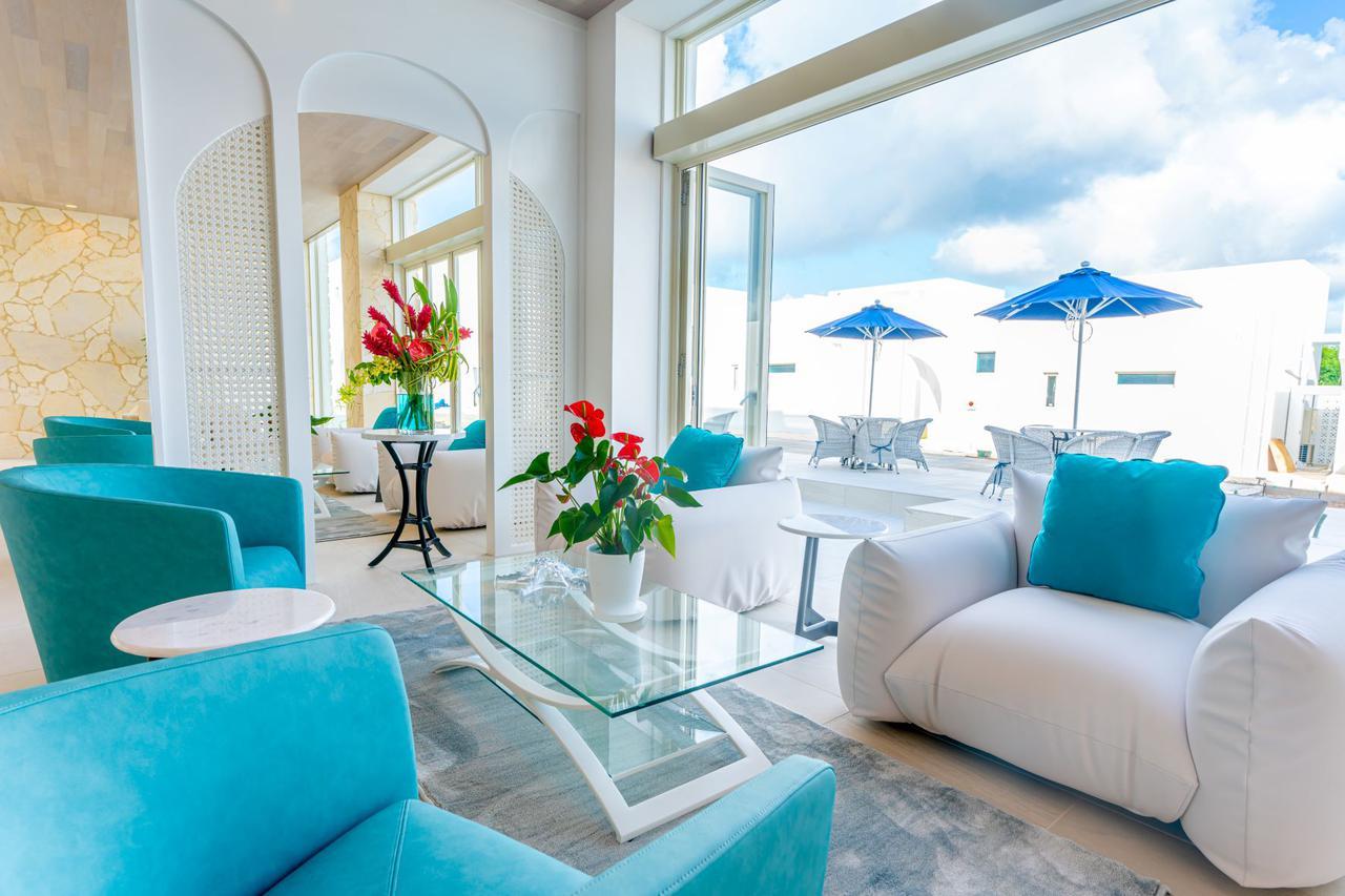 画像: ブルーオーシャン ホテル&リゾート宮古島 白と青を基調としてレセプション
