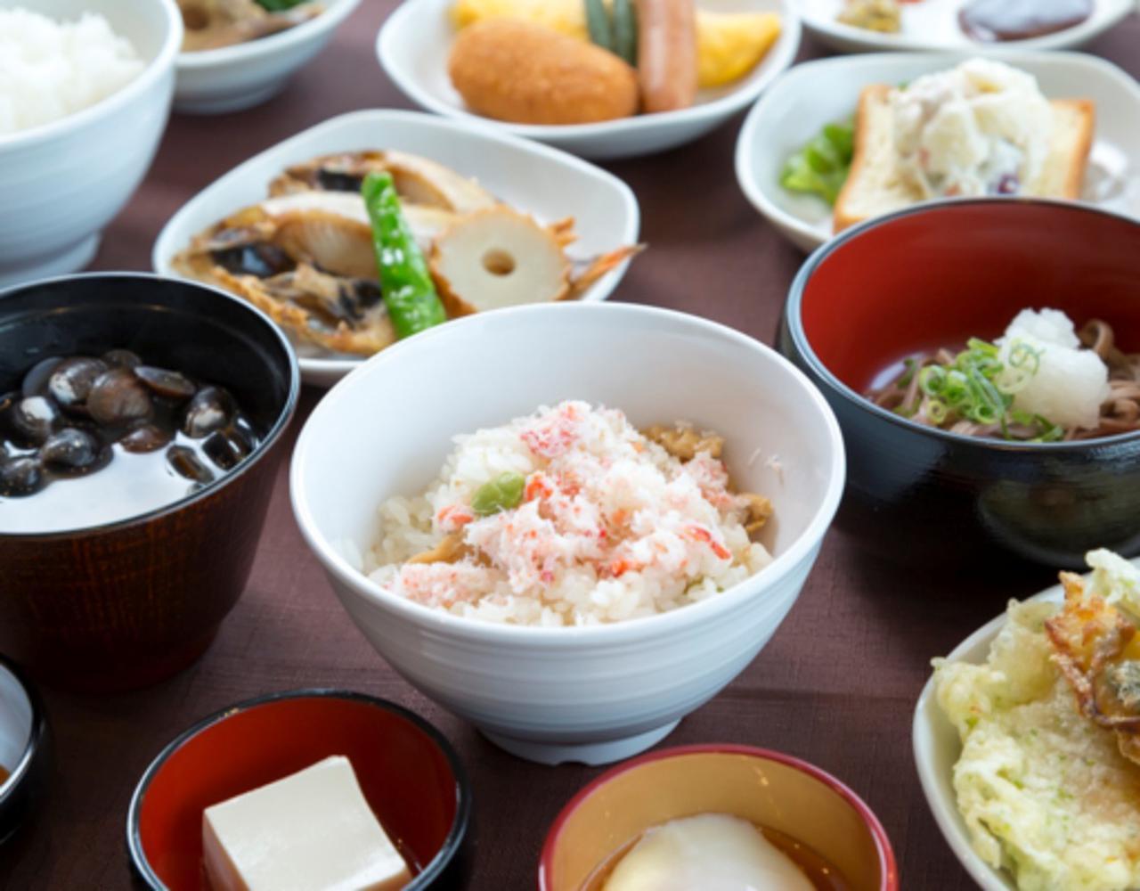 画像: 【天然温泉 八雲の湯 ドーミーイン出雲】朝食。出雲蕎麦をはじめ「ご当地逸品料理」が楽しめる