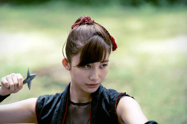 画像3: 小倉優香/初めて挑んだ本格アクションの成果を観てほしい。初主演作『レッド・ブレイド』12/15より公開