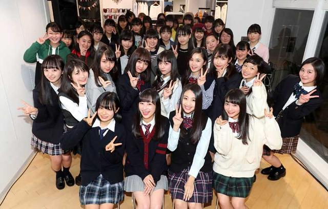 画像: イベント後に会場に集まった女子中高生らと一緒に記念撮影。前列がゲスト、その後ろがカンコー委員会1期生