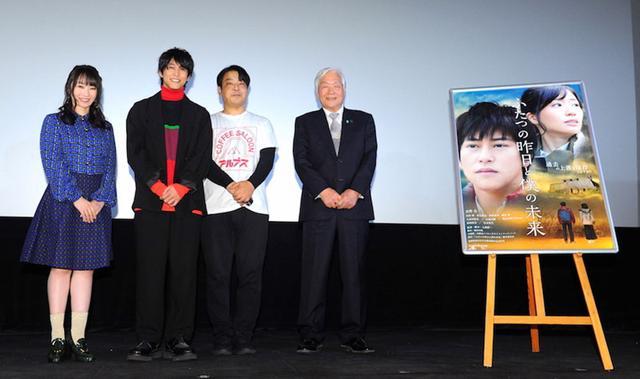 画像: 映画『ふたつの昨日と僕の未来』公開。佐野岳、水樹奈々の前で主題歌「サーチライト」を披露! ヒロイン・相楽樹から登壇者へ手紙のサプライズ
