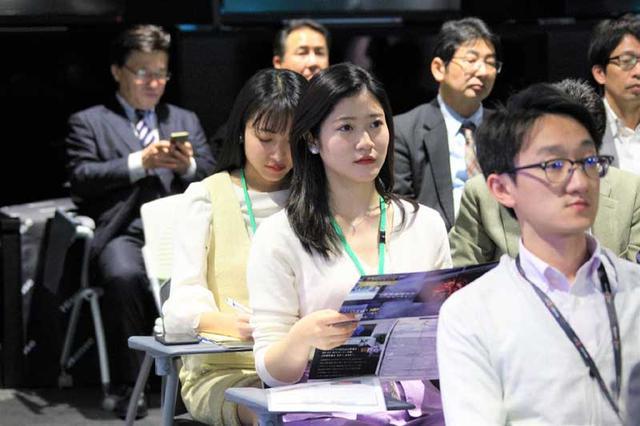 画像1: 準ミス東大、準ミス成城の現役女子大生が、ハイセンス社新商品発表会でテレビをおねだり
