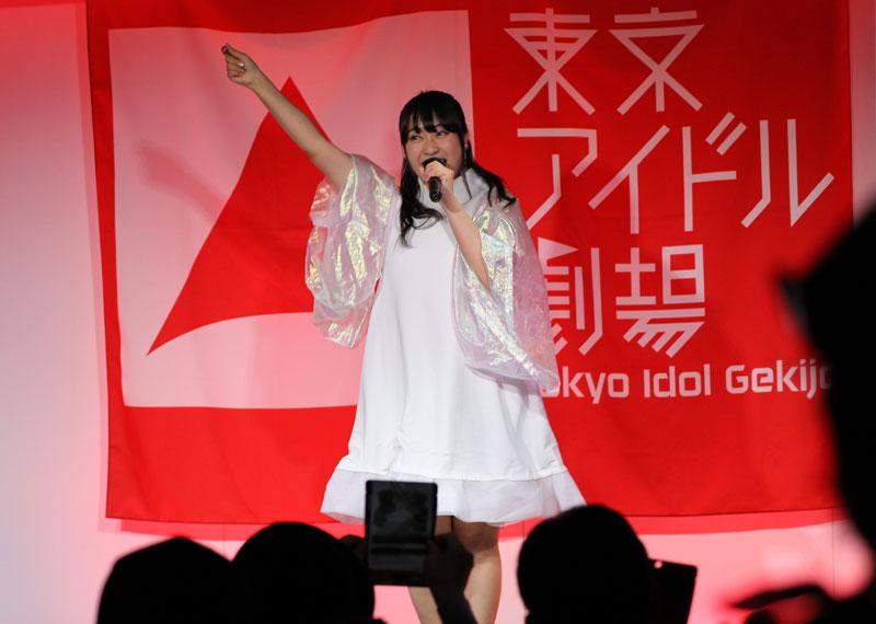 Images : 9番目の画像 - 「ミライスカート/東京アイドル劇場で新曲「旅行の友」を初披露! なのに、完璧なコール&旅行の友ふりかけを手に声援を送るファンの姿に、児島は思わず笑顔に」のアルバム - Stereo Sound ONLINE