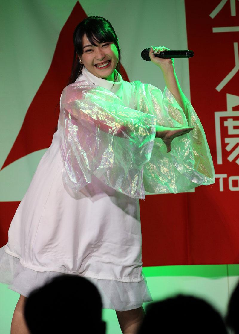 Images : 2番目の画像 - 「ミライスカート/東京アイドル劇場で新曲「旅行の友」を初披露! なのに、完璧なコール&旅行の友ふりかけを手に声援を送るファンの姿に、児島は思わず笑顔に」のアルバム - Stereo Sound ONLINE