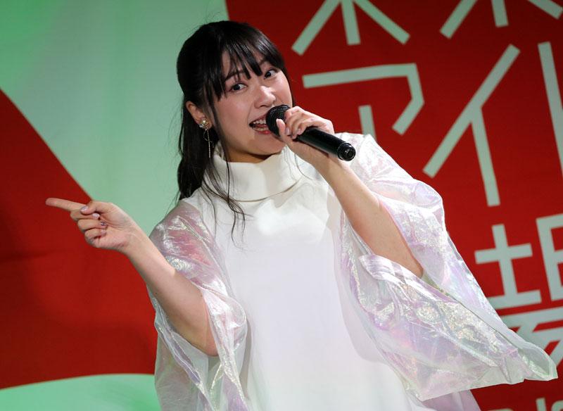 Images : 5番目の画像 - 「ミライスカート/東京アイドル劇場で新曲「旅行の友」を初披露! なのに、完璧なコール&旅行の友ふりかけを手に声援を送るファンの姿に、児島は思わず笑顔に」のアルバム - Stereo Sound ONLINE