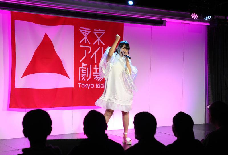 Images : 3番目の画像 - 「ミライスカート/東京アイドル劇場で新曲「旅行の友」を初披露! なのに、完璧なコール&旅行の友ふりかけを手に声援を送るファンの姿に、児島は思わず笑顔に」のアルバム - Stereo Sound ONLINE